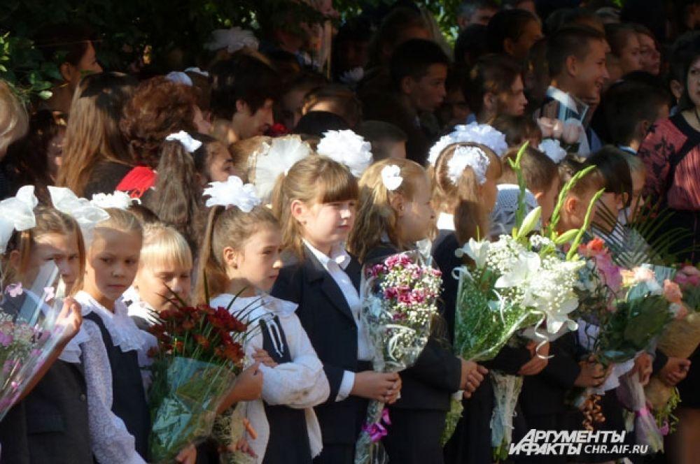 В школе № 18 торжественная линейка напоминала цветник