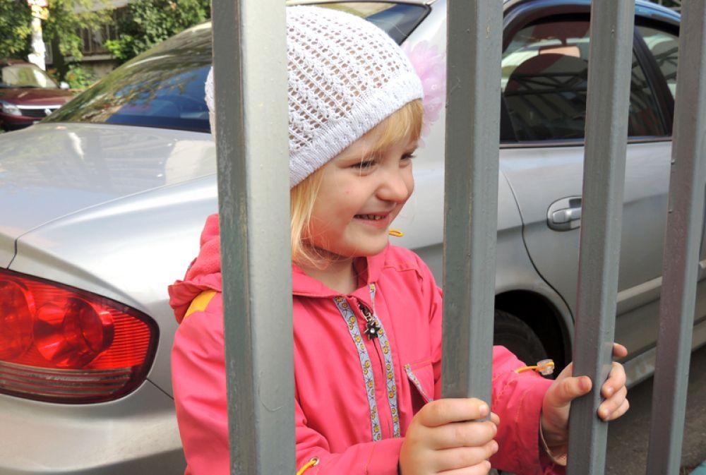 4-летняя Кристина, наблюдая за праздником, пришла к выводу, что школа- это праздник.