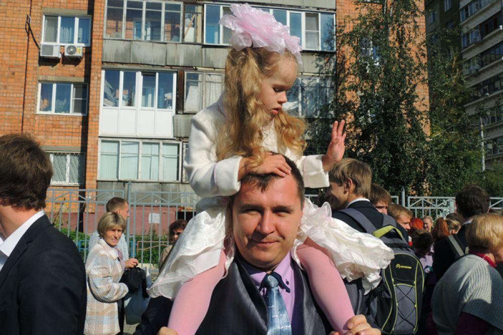 4-летняя Света Гриненко еще ничего не знает про учебу: ей пока важнее стать  принцессой.