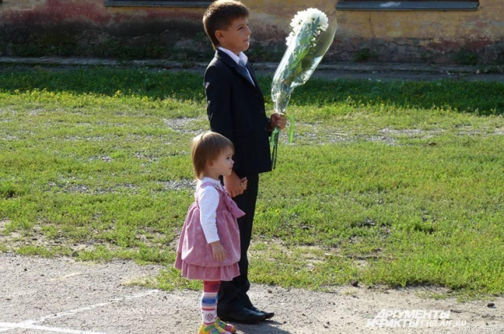 Подрастающее поколение с интересом наблюдает за происходящим