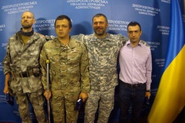 Семен Семенченко, второй слева
