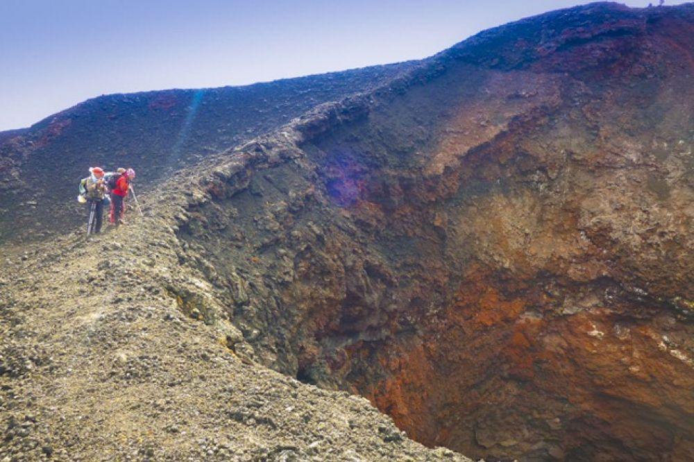 Высота Плоского Толбачика составляет 3 085 метров.