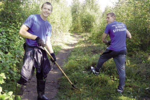 Вдоль тропинки ребята уже обрезали ветки, скосили сорняки, выровняли кочки и ямы.