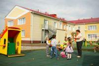 На территории детсада построена площадка для игр, зарядки, эстафет, создана прогулочная зона с объёмными красочными верандами.