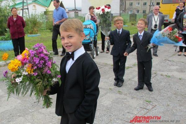 Подарено много цветов.