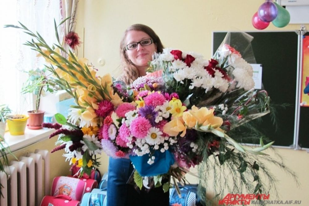Малыши засыпали цветами свою первую учительницу.