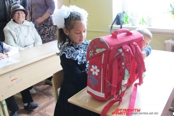 Каждый первоклассник получил в подарок от экофермы «Сокоч» новенький ранец.