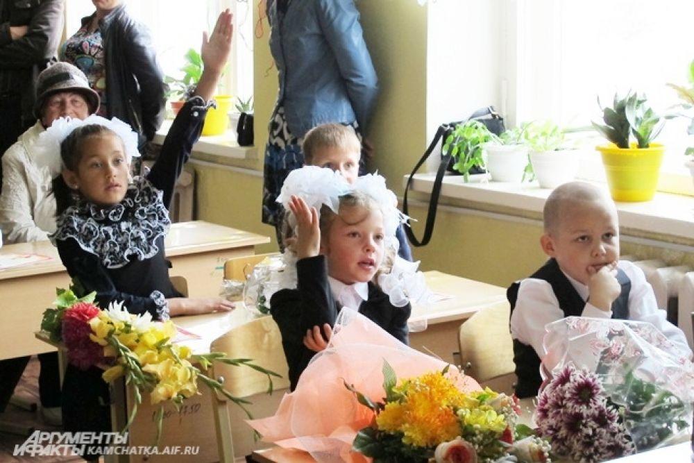 И вот уже сияющие ребятишки заполнили свой первый в жизни класс.