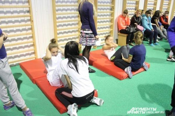 Поднимание тела из положения лежа - упражнение только для девушек, минимум - 34 раза.
