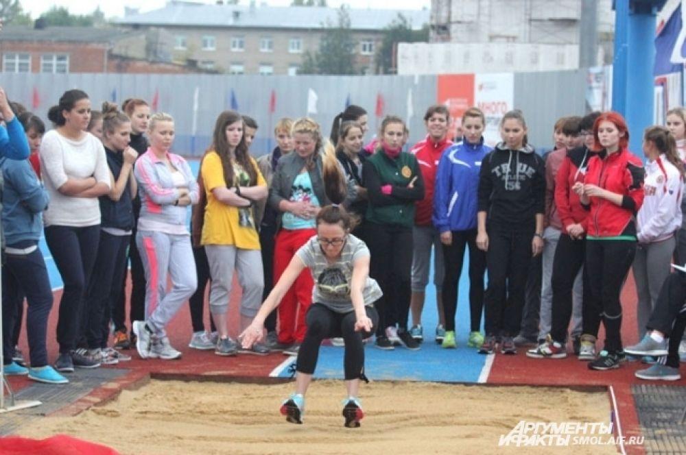 Прыжки в длину с места: юноши должны были преодолеть как минимум 215 сантиметров, девушкам - 170.