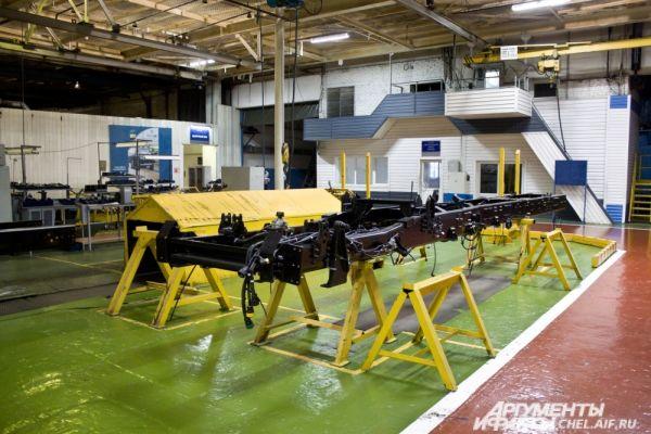 Первая сборочная позици. Рама автомобиля Урал на конвейере.