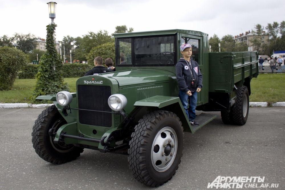 На фото ЗИС5. Так выглядел первый сошедший с конвейера завода автомобиль 8 июля 1944.