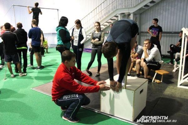 Наклон вперед из положения стоя с прямыми ногами. Юноши - 6 сантиметров ниже уровня ног, девушки - 8 сантиметров.