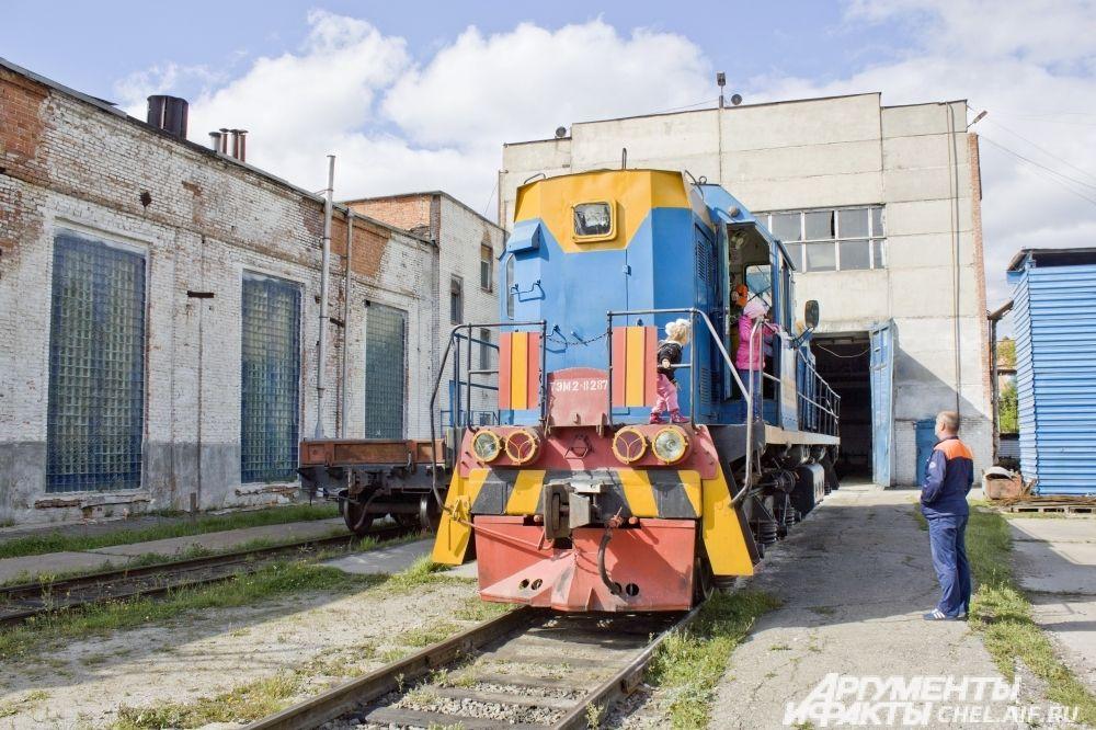 Цех железнодорожного транспорта. Заводской тепловоз ТЭМ2-8287. Девочки тоже бывают неравнодушны к технике.