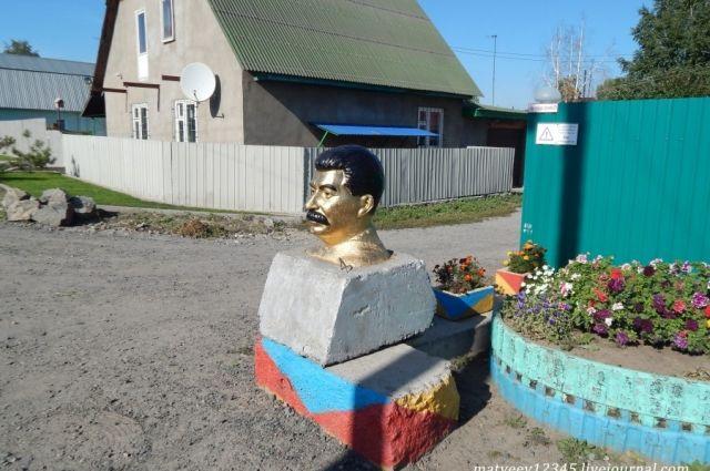 В Новосибирском частном секторе появился памятник Сталину