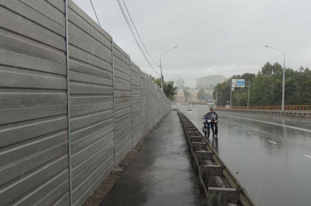 Шумозащитные экраны, по мнению градозащитников, портят облик моста.