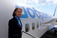 Стюардесса возле трапа самолёта Boeing 737-800 авиакомпании «Добролёт».