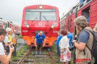 Иван готовится сдвинуть поезд.