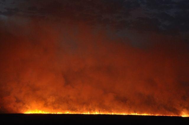 Ландшафтный пожар близ Ростова не могут быстро потушить