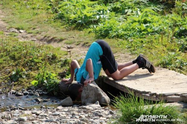 Пить в горах можно из каждого ручья - настолько вода чистая.