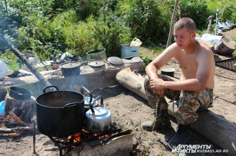 В горах электричества нет. Суп и чай готовили прямо на костре.