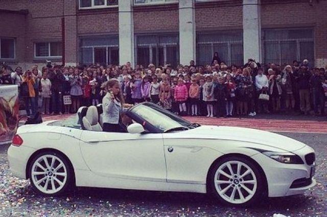 Первоклассница челябинской школы 1 сентября выехала с колокольчиком на BMW