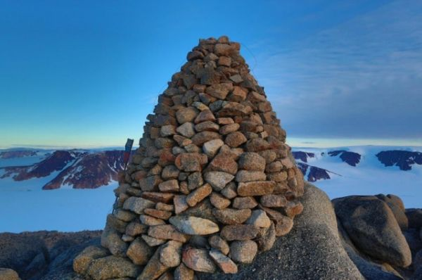 Четырехметровая пирамида, сложенная из гранитных камней, которая более чем за 100 лет осталась практически невредимой.