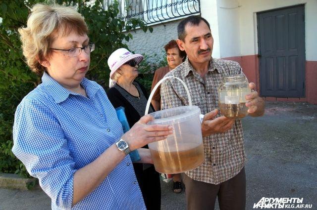 Жители посёлка жалуются не только на неприятный запах, но и грязную воду из крана.