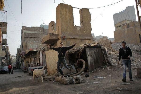 Подростки на улице сирийского города.
