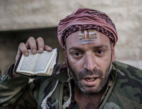 Сирийский ополченец, только что вырвавшийся из церкви под плотным снайперским огнем в Маалюли.