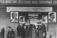 1 мая 1942. «Окна ТАСС» на Елисеевском гастрономе, посвящённые Первомаю.