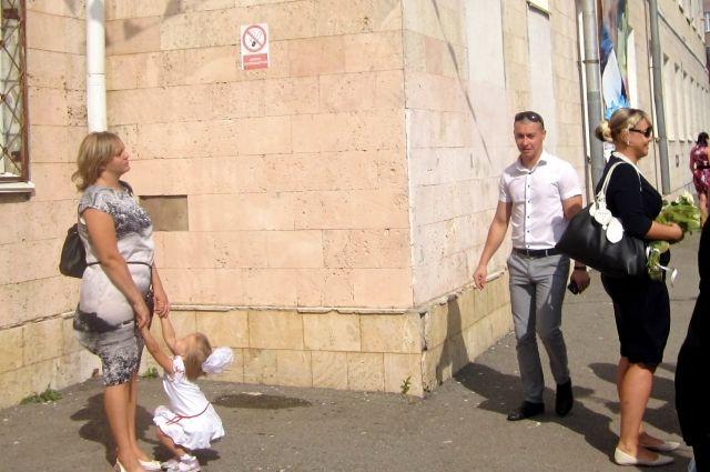 Запрещающий знак на здании ставропольской школы, увы, почти не заметен.