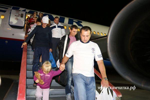 В аэропорту Петропавловска-Камчатского людей встречали представители Правительства Камчатского края.