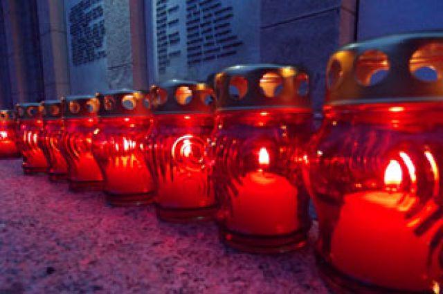 Во время митинга по количеству погибших в теракте иркутяне зажгли 334 свечи.