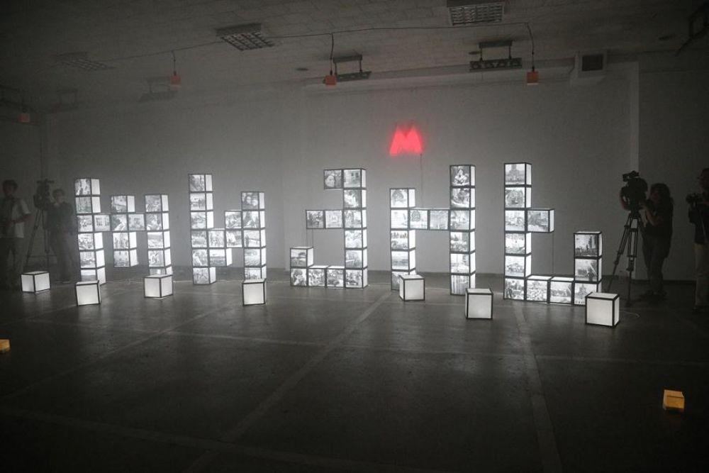 Центральная часть экспозиции состоит из кубов, составляющих собой слово «Жизнь». Каждая из букв повествует о трагических страницах современной истории России.