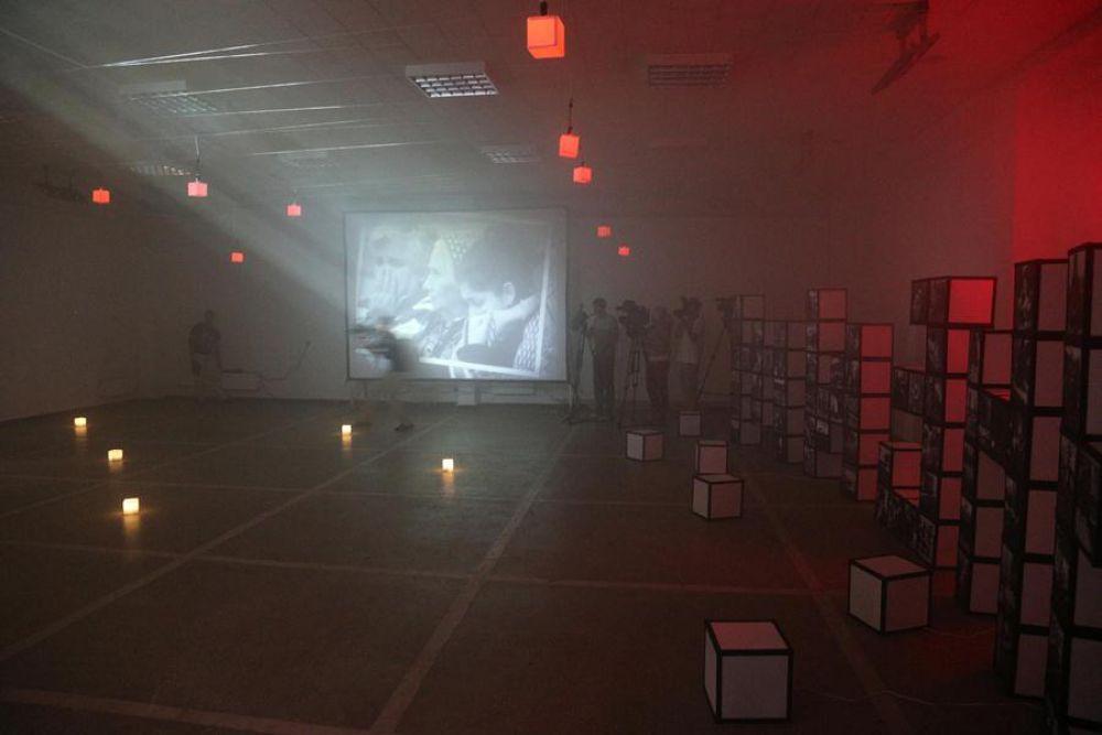 На одной из стен зала демонстрируется специальный видео-ролик, рассказывающий о героях — сотрудниках спецподразделений, ценой своей жизни спасавших попавших в беду людей.