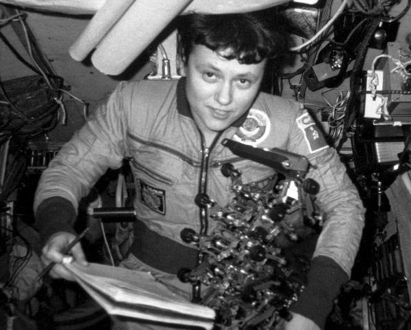 Светлана Савицкая в 1982 году совершила полет в космос на кораблях «Союз Т-5», «Союз Т-7» и орбитальной станции «Салют-7» в качестве космонавта-исследователя.  И в 1984 году – на кораблях на «Союз Т-12» и орбитальной станции «Салют-7» как бортинженер. Стала первой женщиной, совершивший выход в открытый космос.