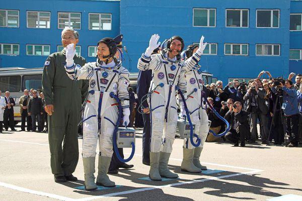 Кореянка Ли Со Ён отправилась в космос в 2008 году на борту «Союза ТМА-12» с двумя русскими космонавтами, став первым космонавтом в своей стране.