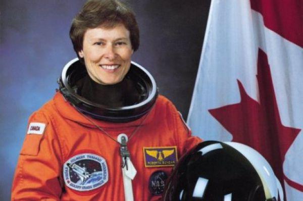 Первой канадкой, полетевшей в космос, стала Роберта Линн Бондар: на шаттле «Дискавери» она вышла в космос в 1992 году.