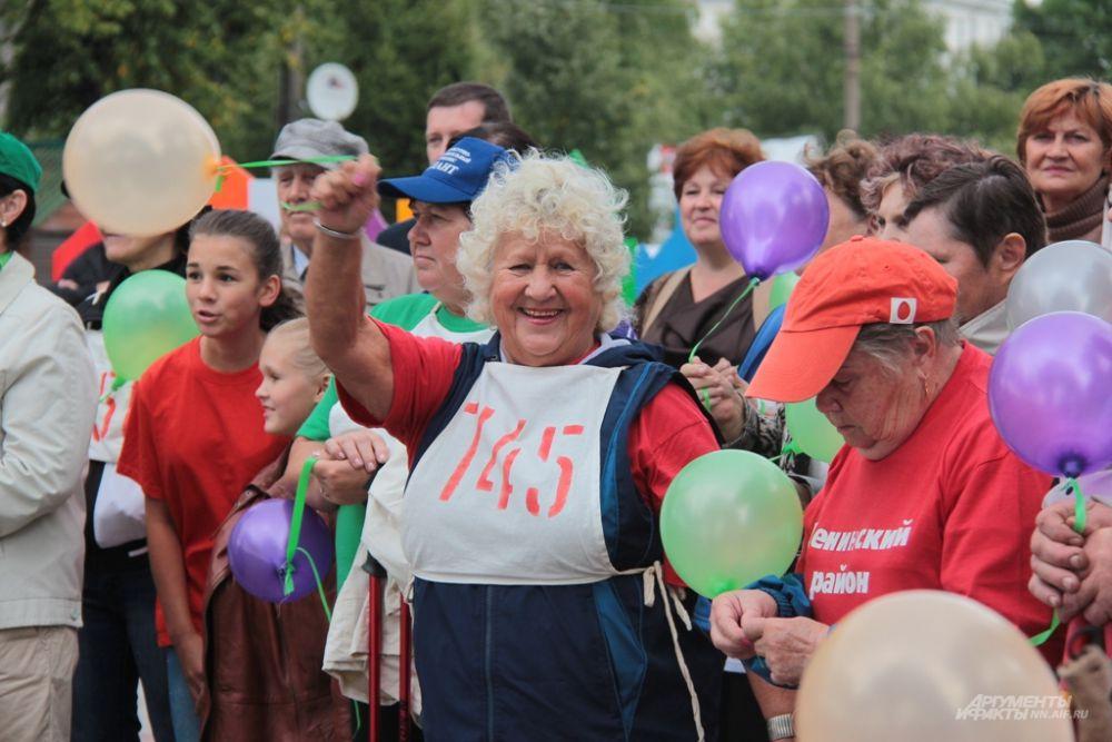Пенсионеры запустили в небо воздушные шары с пожеланием здоровья и активного долголетия