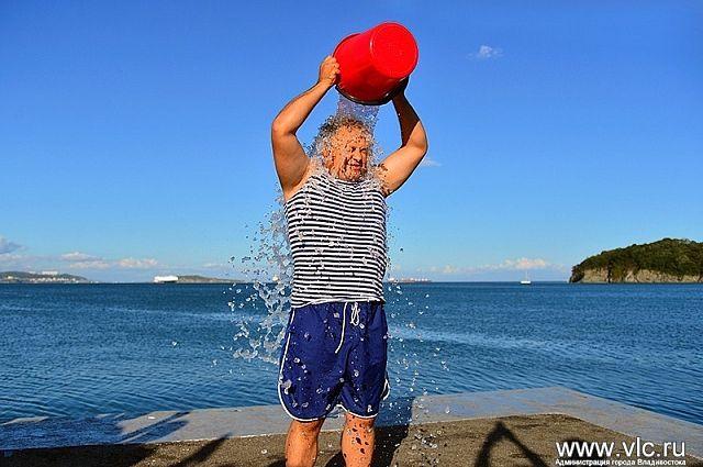 Мэр Владивостока облился ледяной водой.