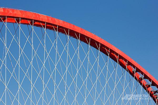Если приглядеться, можно увидеть, что на арке установлены перила и сигнальные маяки для авиации.