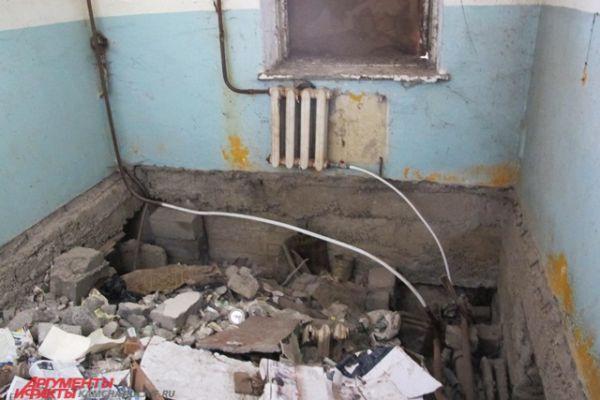 Целый этаж здания просто завален мусором.