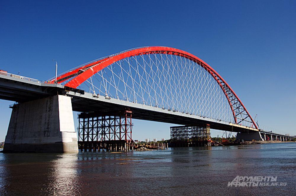 Высота от воды до самой высокой точки арки - 80 метров.