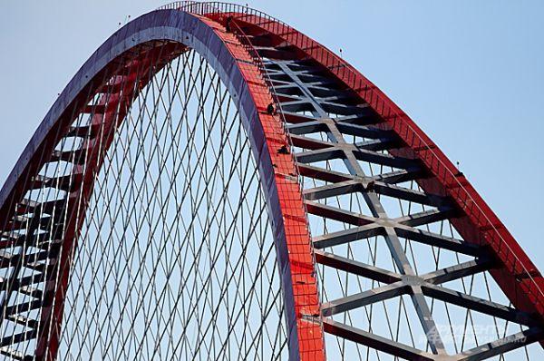 Этот масштаб уже позволяет разглядеть рабочих на арке - и примерно оценить размах конструкции.