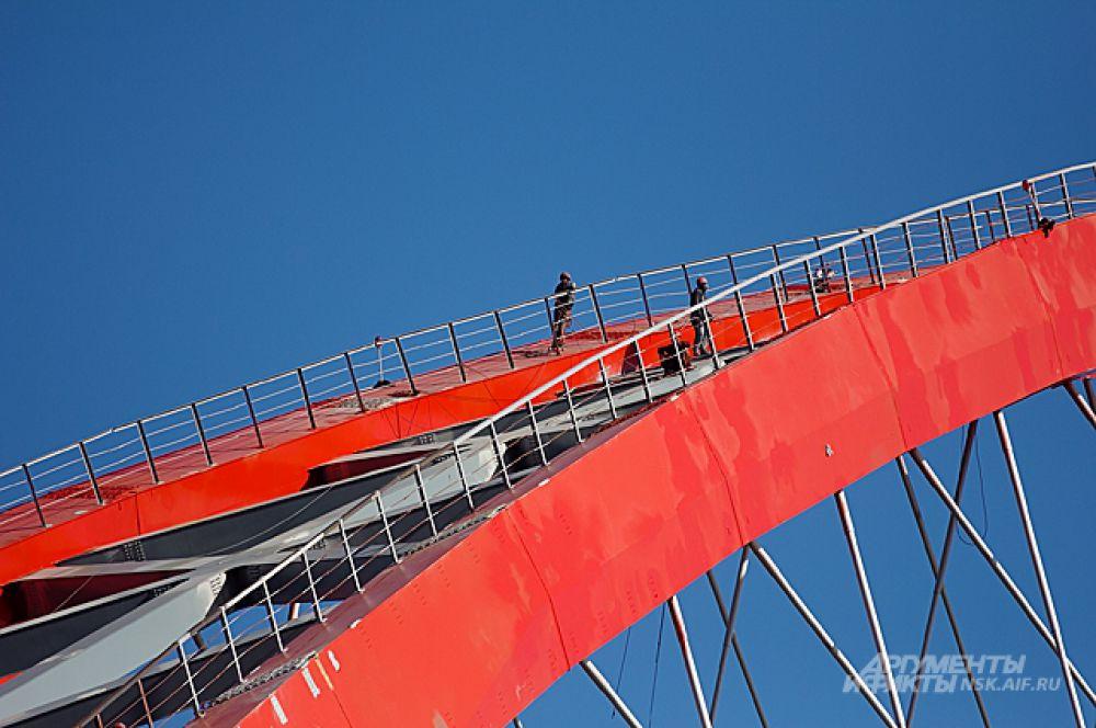 Даже в этой части моста - до воды - 60 метров. Выше, чем 16-этажный дом. Монтажники вот-вот закончат косметические работы.