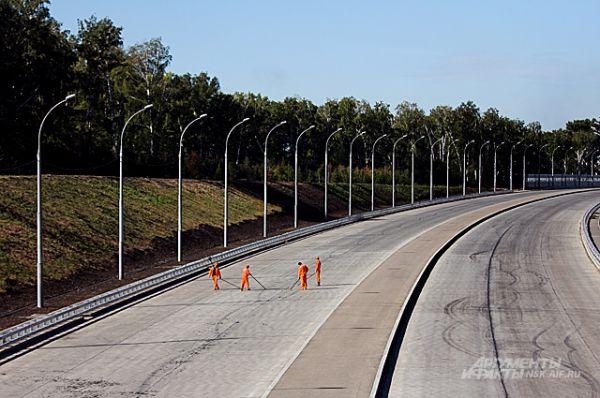 По этой, очень широкой дороге, при рассчётной скорости в 100 км/ч смогут проходить 135 тысяч автомашин в сутки.
