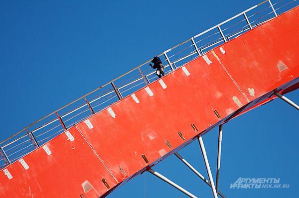 Монтажник за работой. Хотя большинству новосибирцев ванты Бугринского моста кажутся тонкими нитями, на самом деле - это металлические конструкции толщиной - почти в человека.