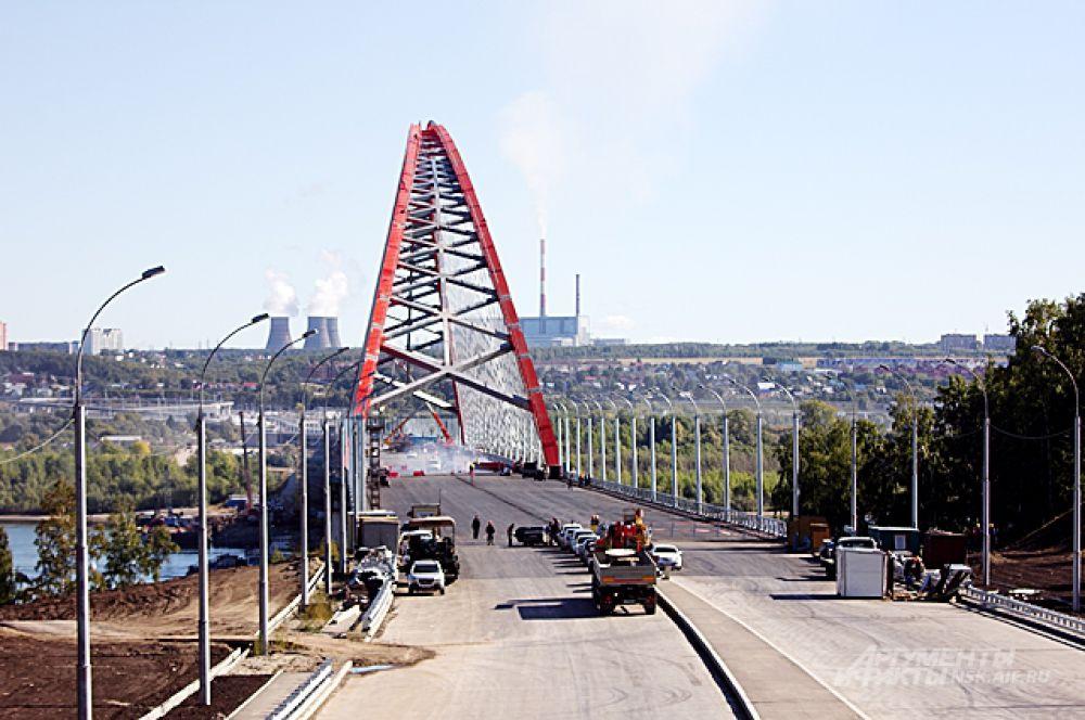 Работы на мосту кипят - но сложная, инженерная их часть уже давно позади.