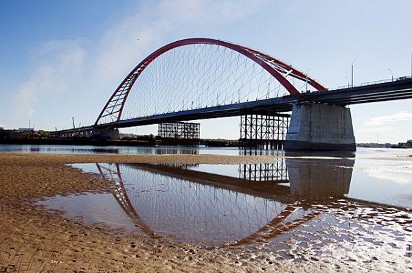 Оба моста - настоящий и в отражении - будут готовы одновременно.